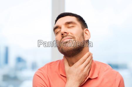 ungluecklicher von halsschmerzen zu hause leiden