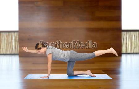 frau die yoga machen in tabelle