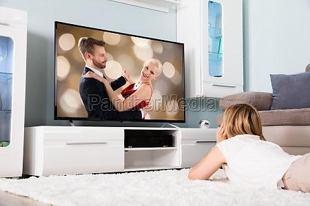 frau ansehen film auf fernsehen
