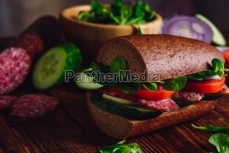 sandwich mit roggenbrot kaese und gemuese