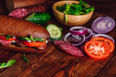 sandwich mit salami und gemuese