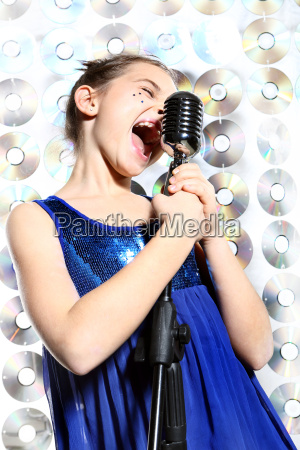 kind teenager maedchen in ein mikrofon