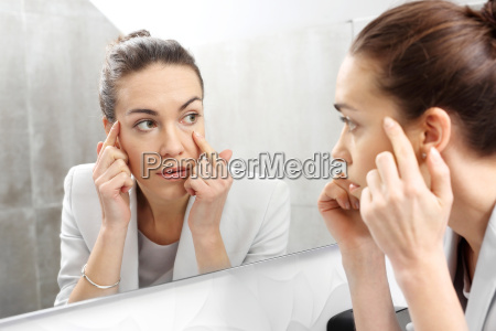 die reflexion im spiegel frau schaut