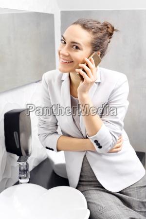 telefongespraech business frau im gespraech ueber