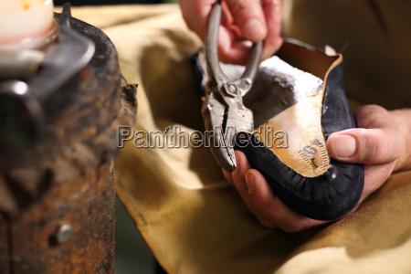 handgefertigte schuh in handwerkswerkstatt