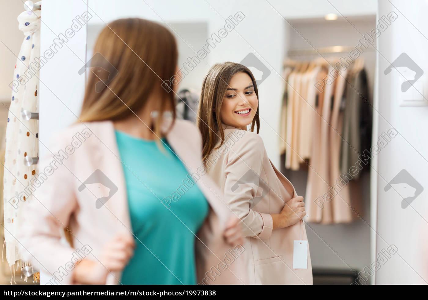 glückliche, frau, am, spiegel, in, bekleidungsgeschäft - 19973838