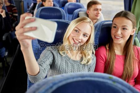 frauen die selfie durch smartphone im