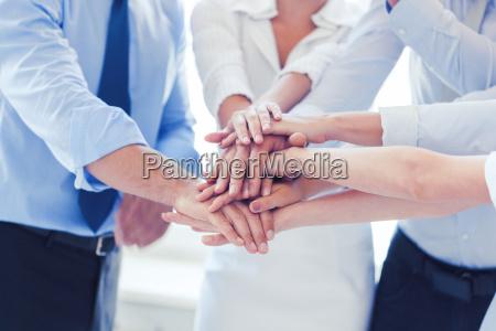 business team feiert sieg im amt