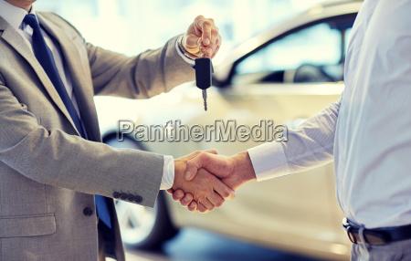 nahaufnahme von handshake in auto show