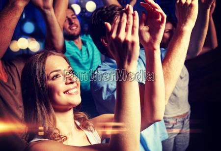 laechelnde freunde beim konzert im club
