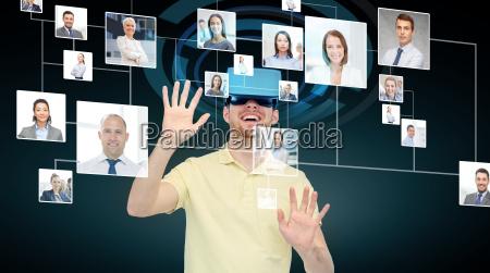 gluecklicher mann in virtual reality headset