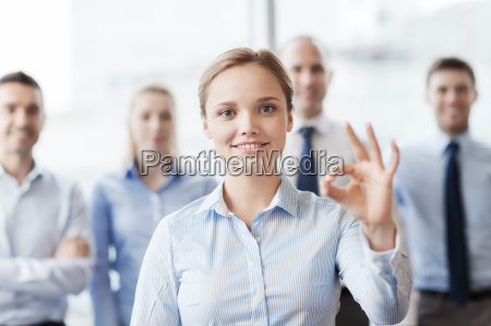 laechelnden geschaeftsfrau ok zeichen im amt