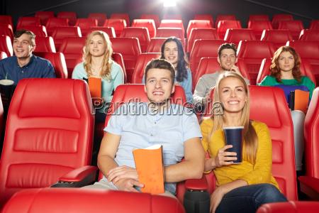 glueckliche freunde film im theater beobachten