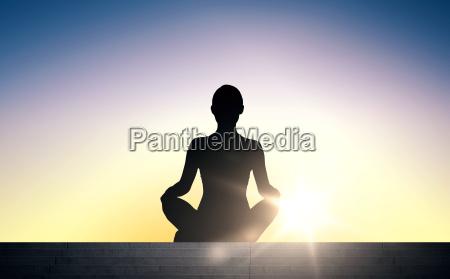frau meditiert in yoga lotus pose