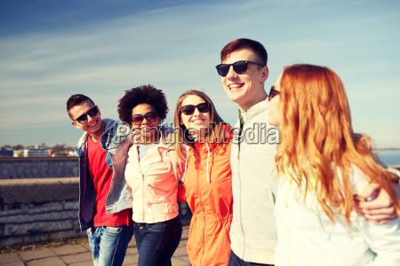 glueckliche teenager freunde zu fuss entlang