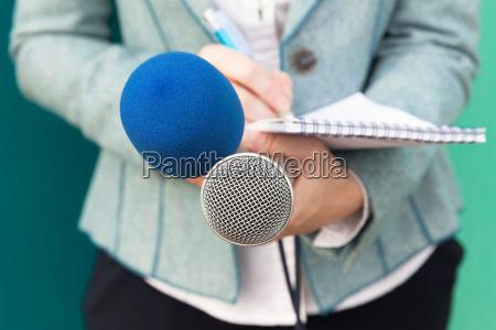 journalist bei medienereignis pressekonferenz
