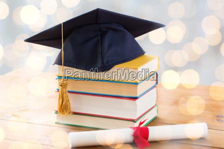 grossaufnahme von buechern mit diplom und