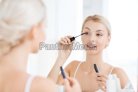 frau mit wimperntusche anwendung make up