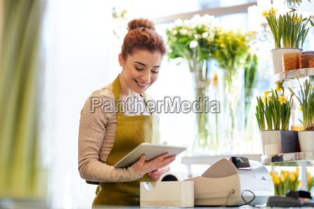 frau mit tablet pc computer im
