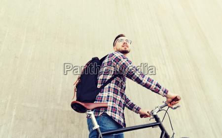hipster mann mit fixed gear fahrrad