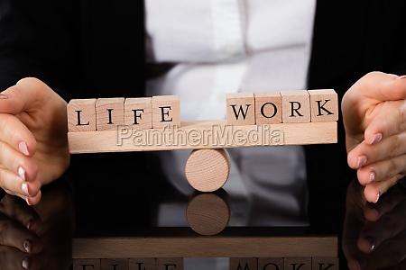leben und arbeitsbloecke ausgleich auf wippe
