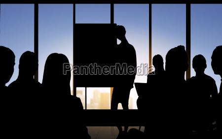 geschaeftsleute silhouetten auf der sitzung im