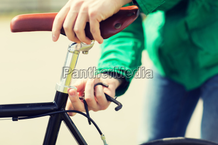 nahaufnahme des menschen einstellen festrad fahrradsattel