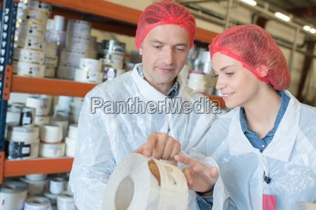 team von arbeiter bei klebeband fabrik