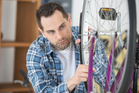 mann feststellen fahrradreifen