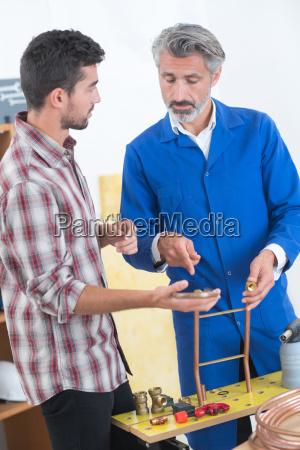 lehrer helfen college student lernen klempnerarbeit