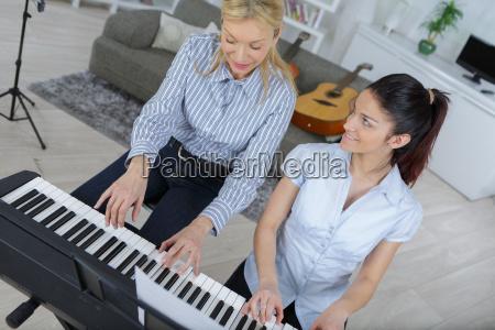 klavierunterricht an einem musikschullehrer und schueler