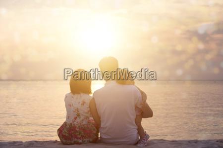 familie geniessen blick auf den sonnenuntergang