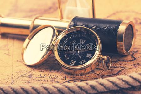 jahrgang kompass und teleskop auf antiken
