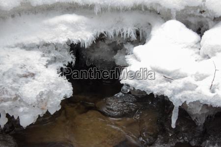 flusslandschaft gefrohren mit schnee im winter