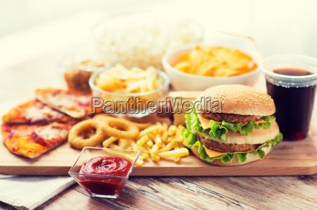 nahaufnahme von fast food snacks und