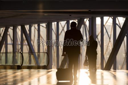 geschaeftsmann am flughafen korridor zu fuss
