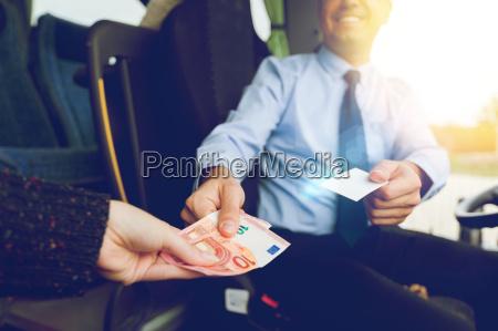 nahaufnahme von busfahrer verkauf ticket an