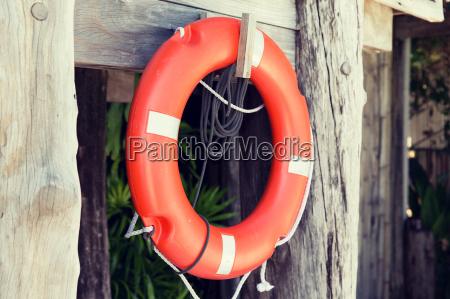 rettungsboje oder rettungsring haengen an rettungskabine