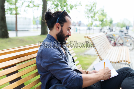 mann mit notebook oder tagebuch auf