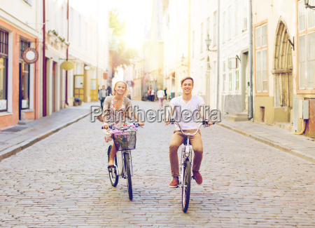 paar mit fahrraedern in der stadt