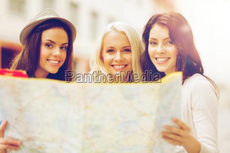schoene maedchen suchen in touristenkarte in