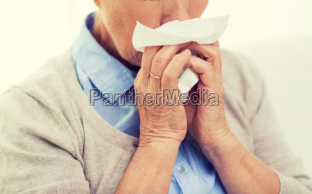 kranke aeltere frau auf einer papierserviette