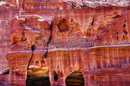 rosenroter rock tomb strasse der fassaden