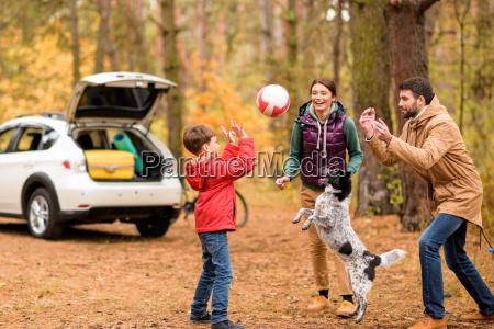 familia feliz brincando com bola