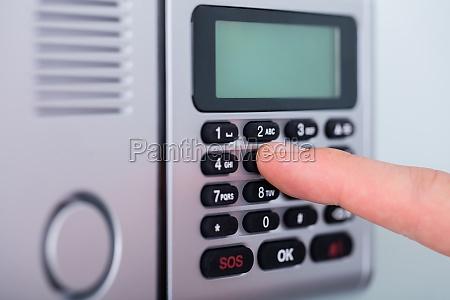 person finger einstellung von sicherheit alarm