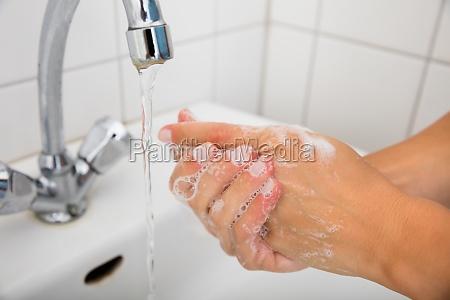 frau anwendung soap on the hand