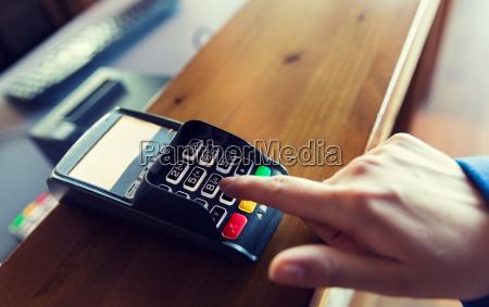 hand eingeben passwort bankterminal