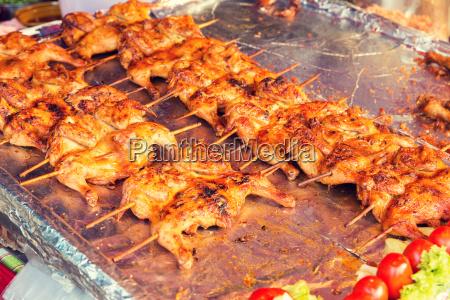 haehnchen grill auf der strasse markt