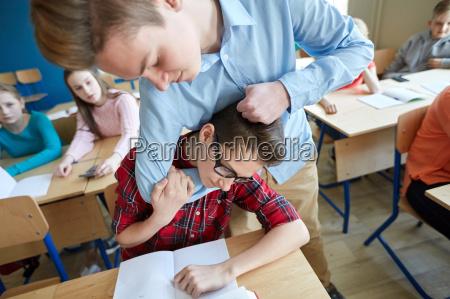student junge leiden der mitschueler hohn