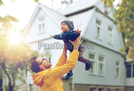 pai com filho brincando e se